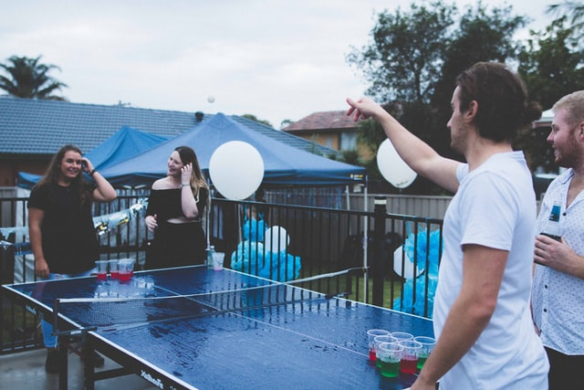 beer pong throeing game