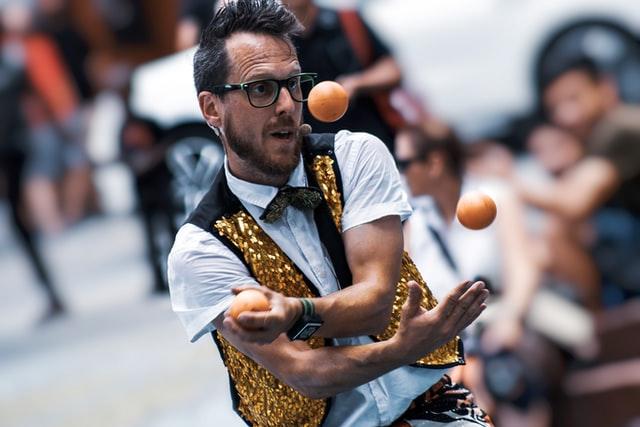 Juggling throwing game